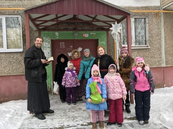 Посещение пожилых прихожан детьми воскресной школы на праздник Крещения в Знаменском храме